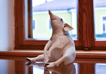 sitzendes Schwein, von Margit Russnig