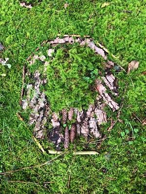 Gestalten in der Natur - am Waldboden gelegtes Baumbild...von Lukas I.,  M-Gruppe Jugendliche