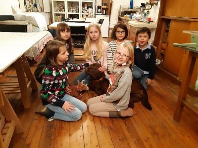Kids mit Kuschelhund Olga im Makademieraum, als kurzfristig das gemeinsame Malen in der Gruppe erlaubt war.