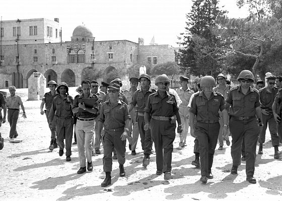 Le ministre de la défense Moshe Dayan et Yitzhak Rabin entrant dans la Vieille Ville de Jérusalem le 7 juin 1967. Ilan Bruner/Government Press Office.