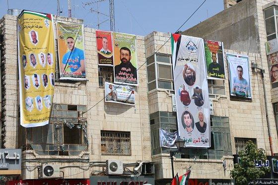 27 avril 2017. — Bannières de la manifestation en soutien aux prisonniers, place de l'horloge à Ramallah. Palestine Monitor.