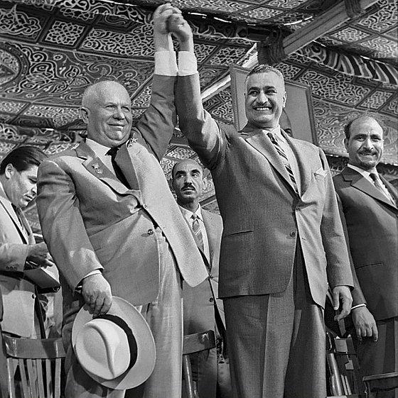 Le premier secrétaire du comité central du PCUS Nikita Khrouchtchev en visite en Egypte, aux côtés du président Gamal Abdel Nasser, mai 1964.