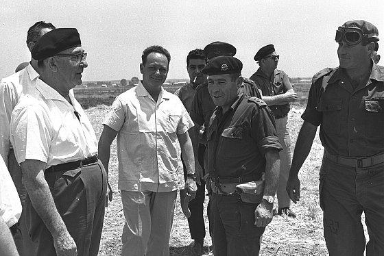 De g. à dr. le premier ministre Levi Eshkol, Yigal Alon et les généraux Israel Tal et Yeshayahou Gavish visitant les troupes rassemblées dans le Neguev, le 25 mai 1967. Israel Government Press Office (GPO).