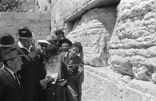 Soldats israéliens et juifs orthodoxes devant le mur des Lamentation, le 9 juin 1967. AFP