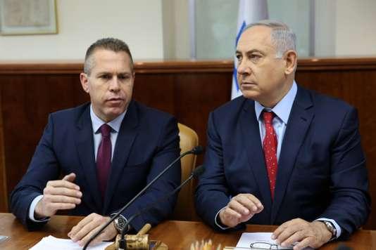 Guilad Erda (à gauche), ministre israélien de la sécurité intérieure, et Benyamin Nétanyahou, premier ministre, à Jérusalem, le 10 avril 2016. GALI TIBBON / AFP