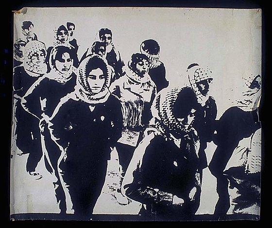 Années 1970. — Militantes palestiniennes à l'entraînement (affiche). The Palestine Poster Project Archives .