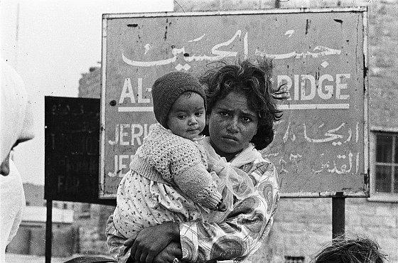 Réfugiés palestiniens au pont Allenby. Archives de l'UNWRA, 1967.