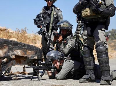 Des soldats des troupes d'occupation prennent ici plaisir à tirer à balles réelles sur des manifestants palestiniens à Nabi Saleh, le 26 mai dernier. Deux semaines auparavant un manifestant, au même endroit, avait été abattu de la même façon - Photo : Hai