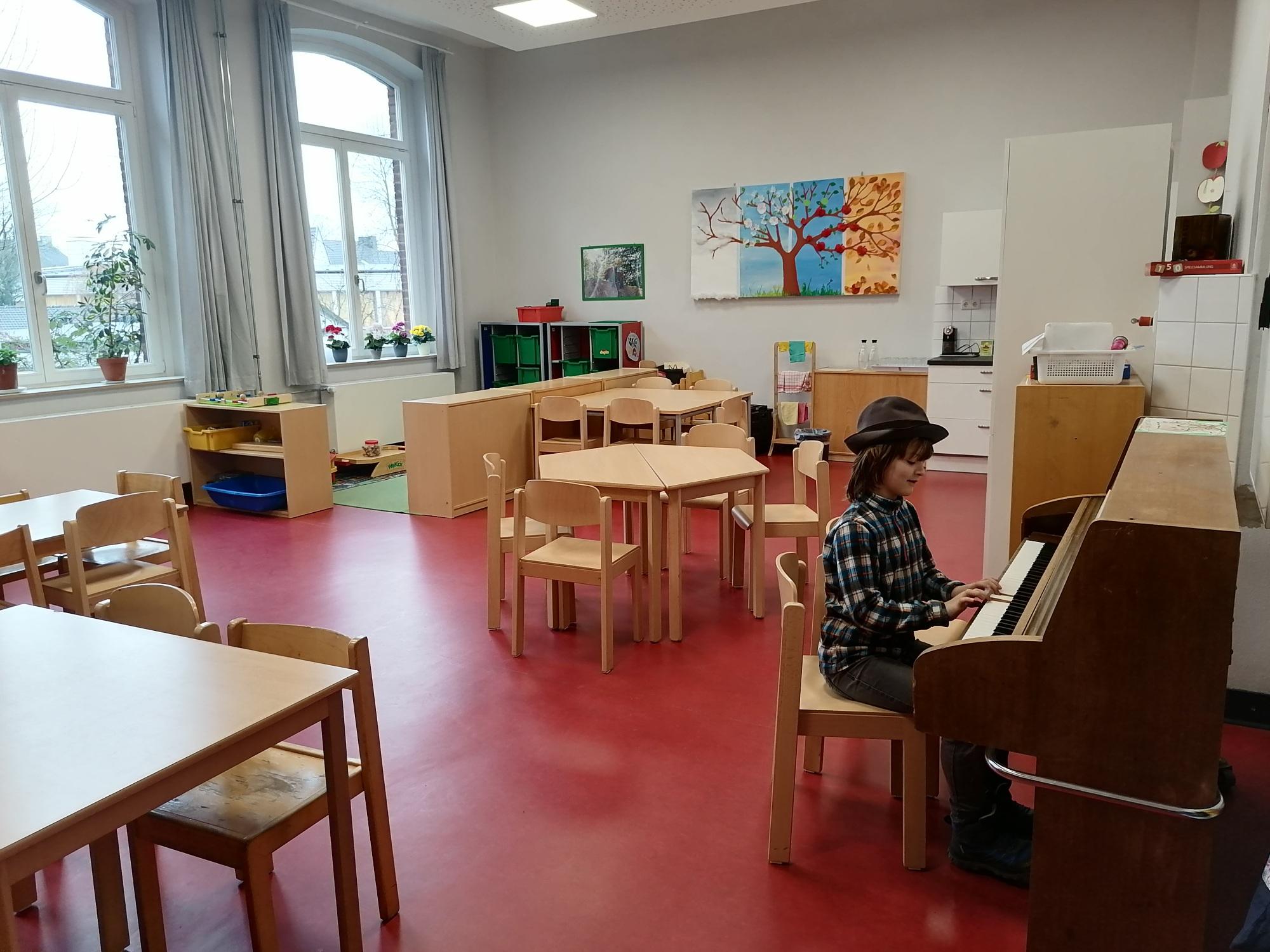 Küche, Aufenthaltsraum und junger Klavierspieler Kyffhäuserstr. 98