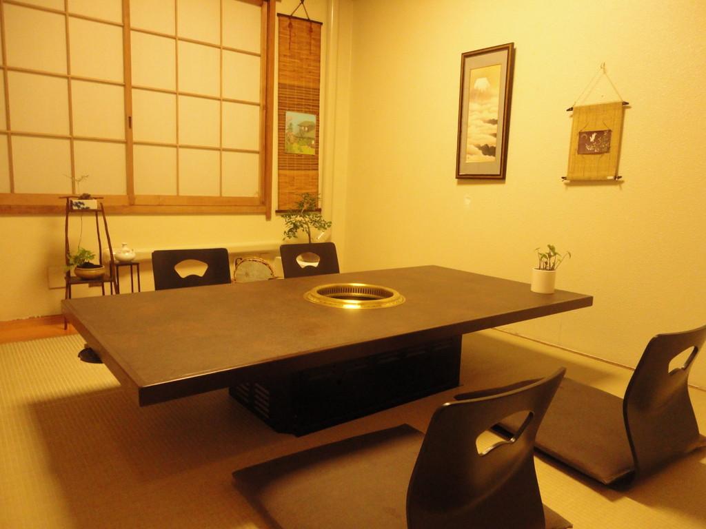 サイドテーブルを入れることで1つの空間に最大16名様のご利用が可能となります