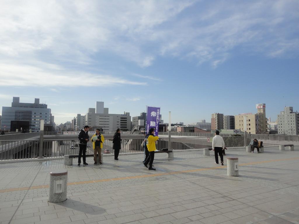 水戸駅南に集合 常陸牛振興協会の方々が紫ののぼりを立てて黄色いはっぴを着て出迎えてくれました