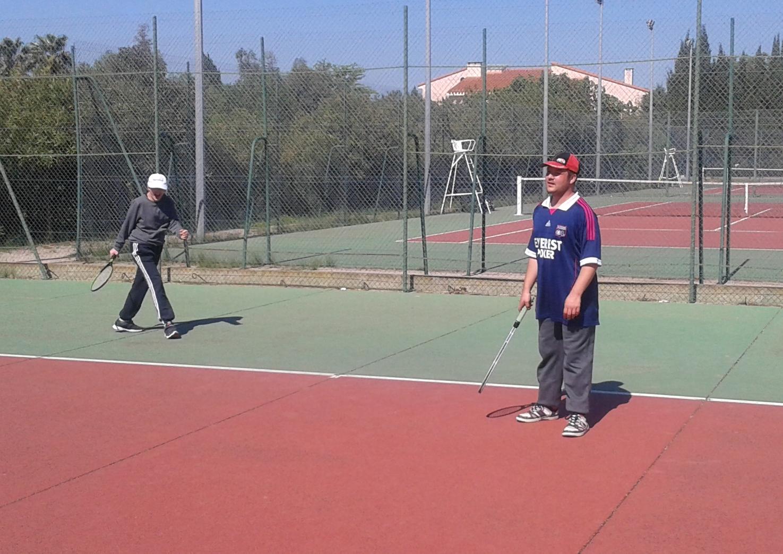 Initiation au tennis avec Alexandra du club de Saint Estève.Loïc et Jérome