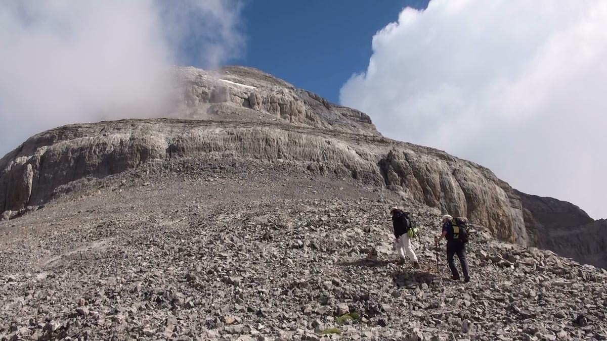 Une succession de barres et de cheminées conduisent au sommet du Mont Perdu