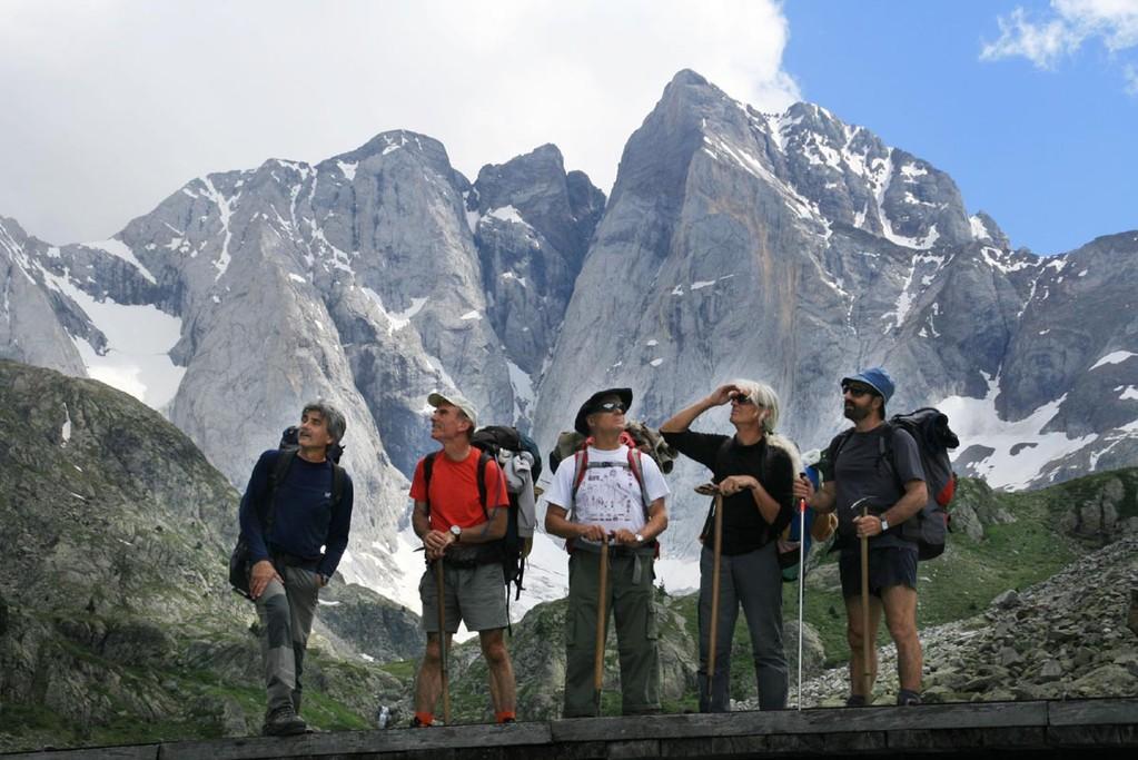 L'équipe du tournage en direction du Vignemale, face nord