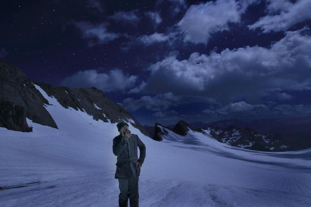 """Russell va fumer sur le glacier et """"voir monter la lune"""""""