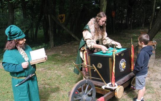 Animation déambulatoire de Magie Fantastique L'elfe Magicien Tovig Fantaziañ et son partenaire Maître Pointu le Lutin Farceur, vous transportent dans un univers magique.