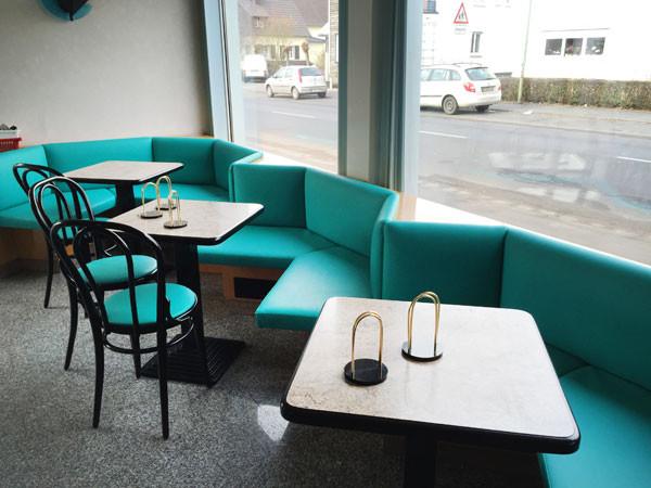Anwendungsbeispiel Polsterung der Sitzbanken/Stühle im Café