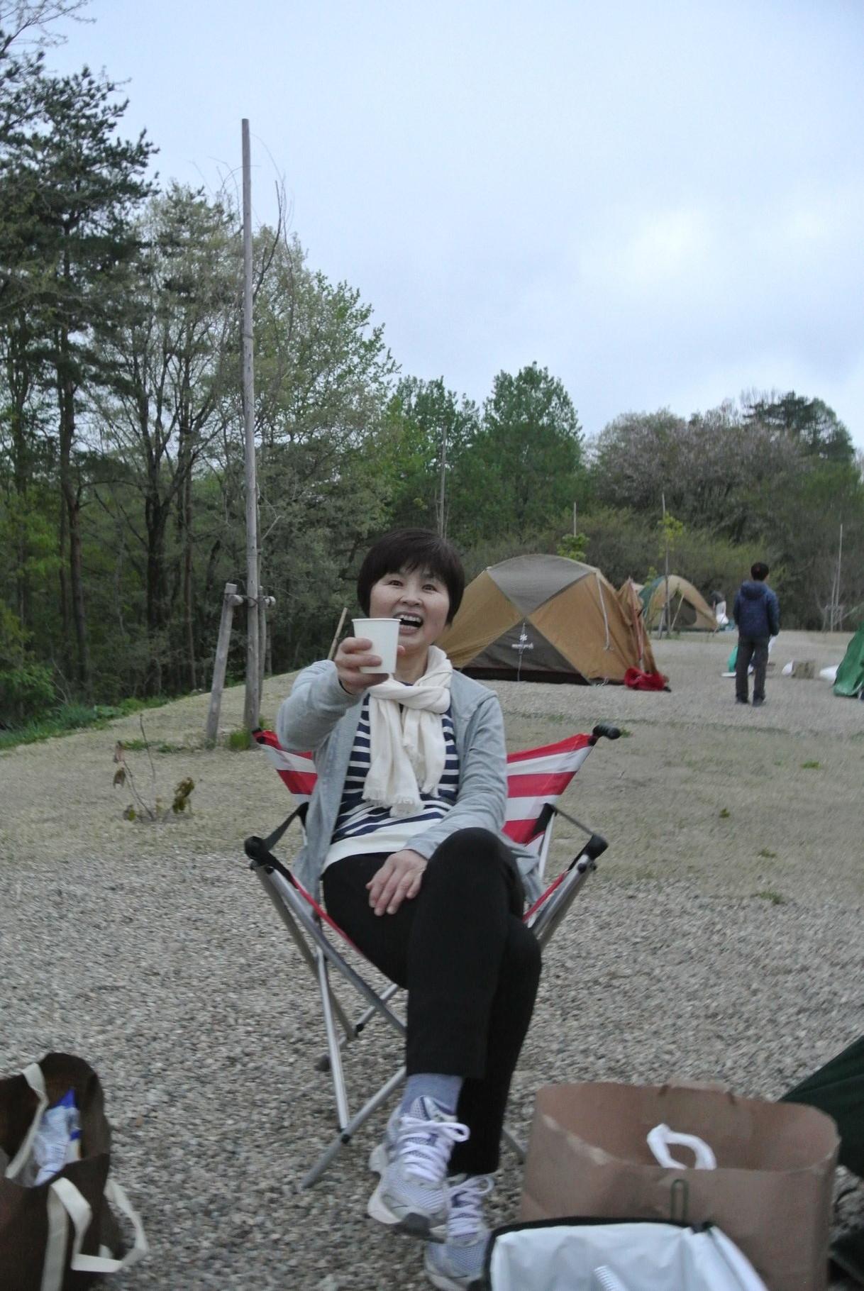 テントを張り終え、まずは一杯!