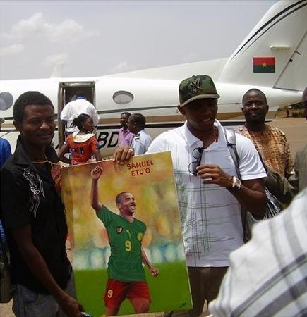 AVEC LE FOOTBALLEUR CAMEROUNAIS SAMUEL ETOO PORTRAIT HUILE SUR TOILE BURKINA FASO 2008
