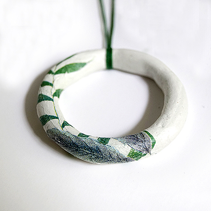 Μακρύ κρεμαστό (πηλό μοντελισμού-χαρτοπετσέτα-κηρόσπαγκος) 6,00 Ευρώ