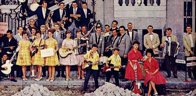 Lon en Ben (midden) poseren in 1961 voor het Maastrichtse stadhuis met diverse andere Limburgse muzikanten