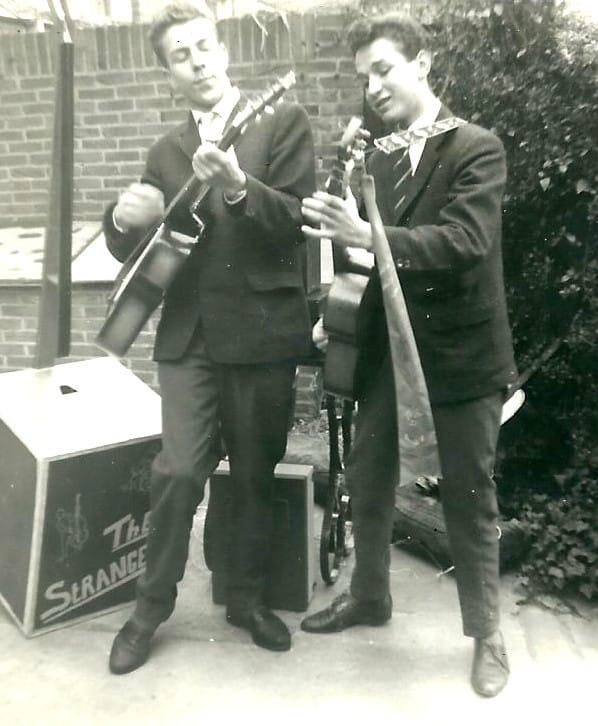 """Het begin van """"the Strangers"""" ...Jan en Joh en de zelf gemaakte """"theekistbas""""...jaar 1959/ 1960"""
