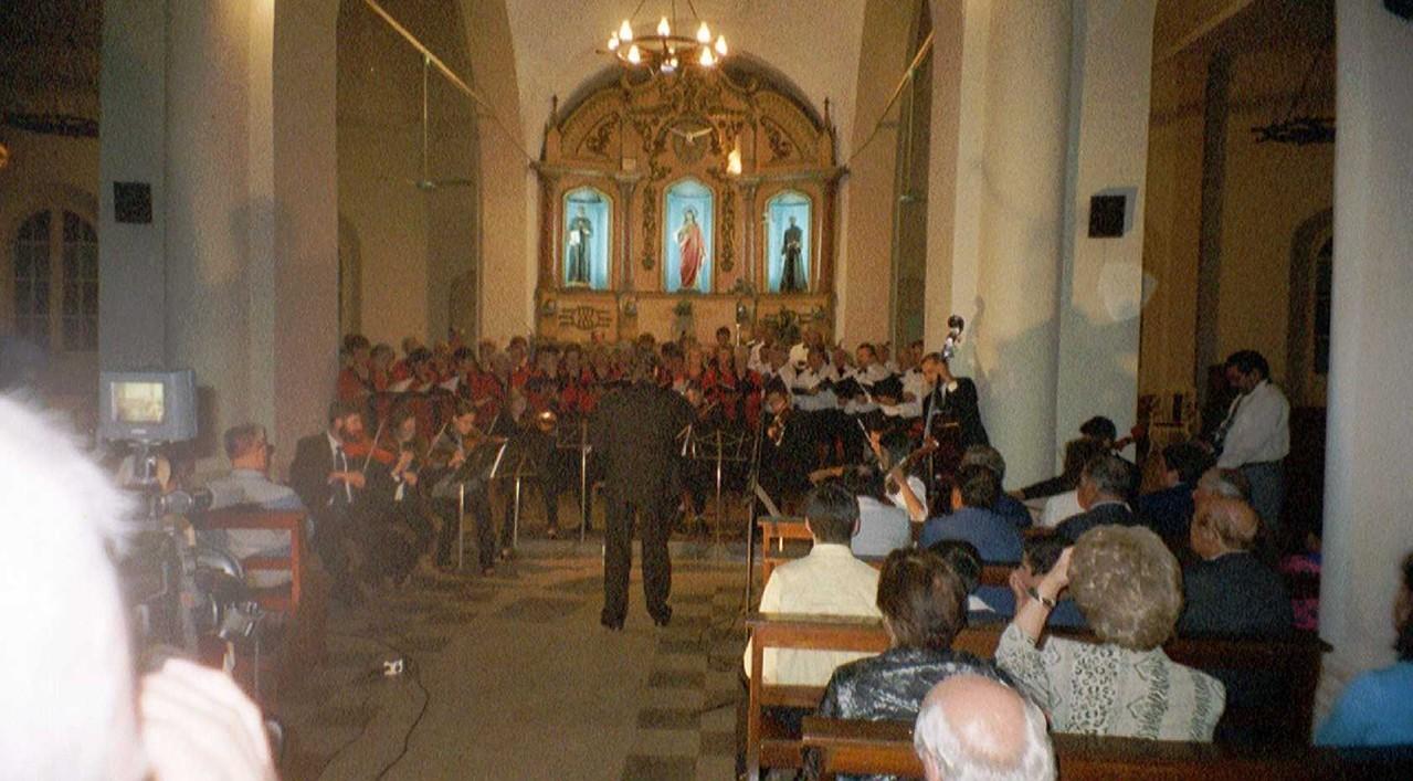 Kirchenkonzert in Villarica (Paraquay) Ltg. W.Dippon -  üb. 1000 Zuhörer - Chorreise Südamerika 04.2002