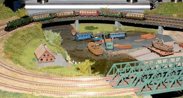 Während des Aufbaus können auch Eisenbahnwagons schwimmen.