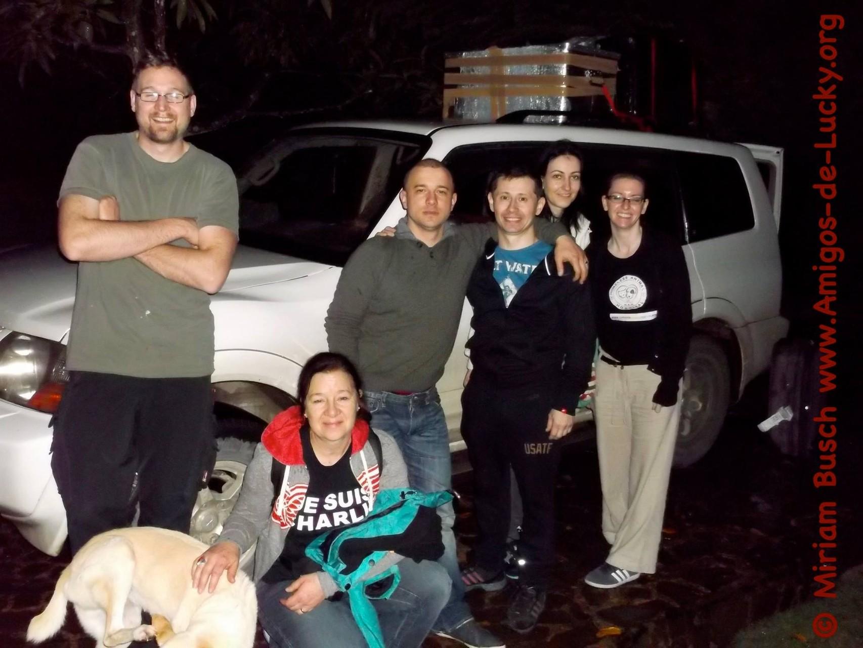 Die Ankunft der Tierärzte und weitere Helfer (von li. nach re.) Müde aber glücklich bei uns zu sein: Stefan, Martina, Aurelian, Pepe, Lumi und Ruth