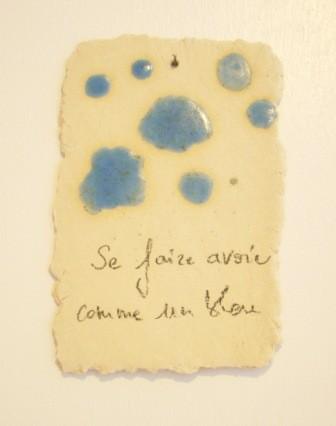 """Expressions en couleur 'Paperoles""""- """"se faire avoir comme un bleu"""", 2013 /porcelaine et cellulose gevormd, glazuur / sold"""