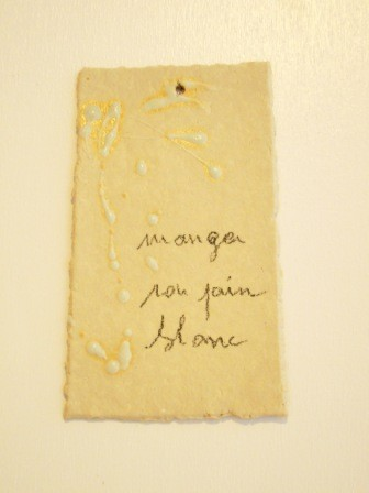 """Expressions en couleur 'Paperoles""""- """"Mange son pain blanc"""", 2013 /porcelaine et cellulose gevormd, glazuur / price on request"""
