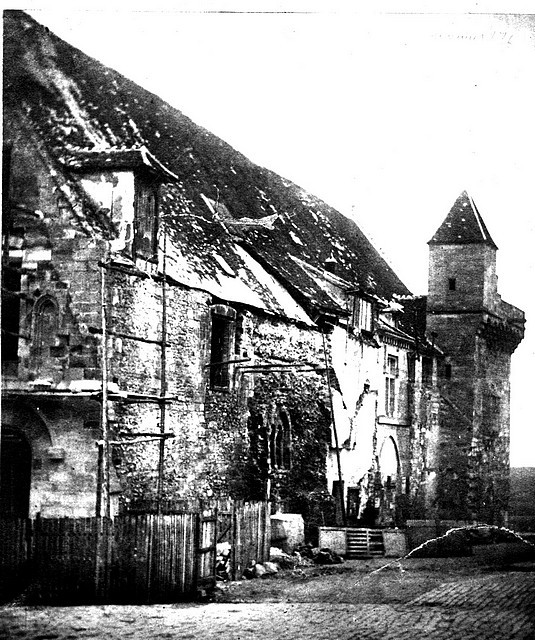 L'Hôtel de Ville en cours de restauration. Baie romane