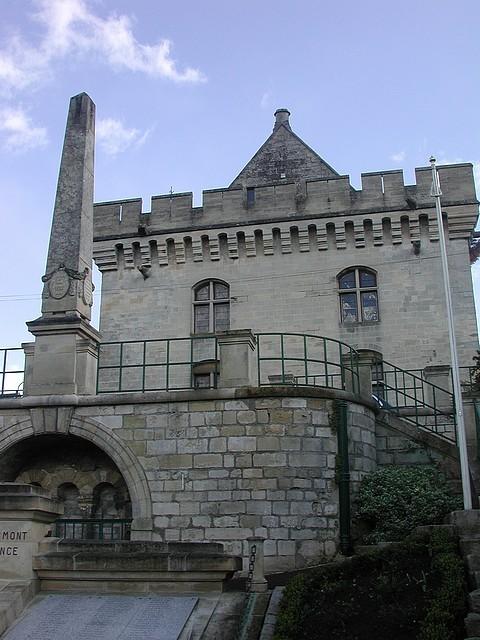 L'Hôtel de Ville et la pyramide commémorative