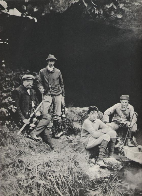 Le comte Begouën, deux fils et l'abbé Breuil à la Grotte des Trois frères Ariège)
