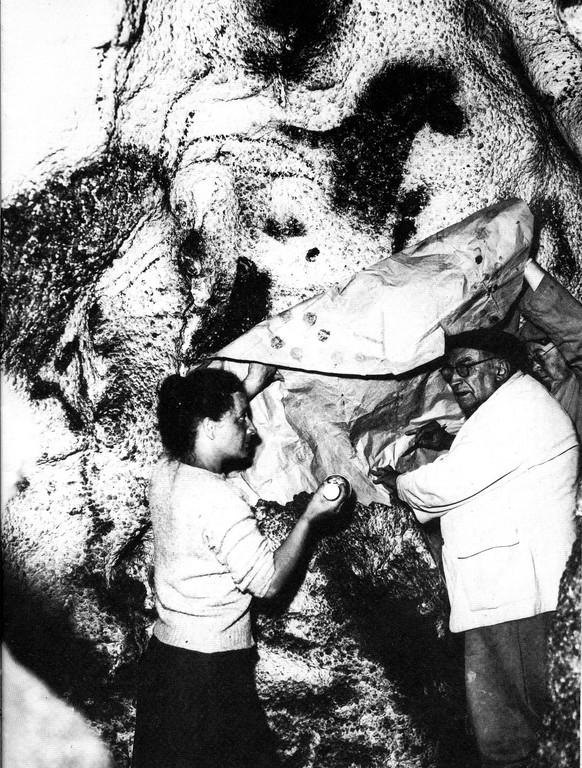 L'abbé Breuil faisant un travail de relevé sur calque à Lascaux (Dordogne)