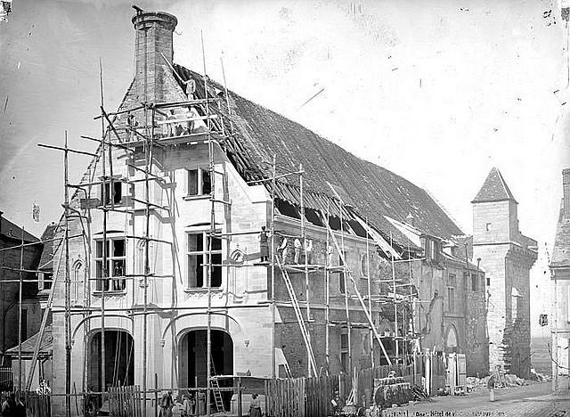 Façade de l'Hôtel de Ville en cours de restauration