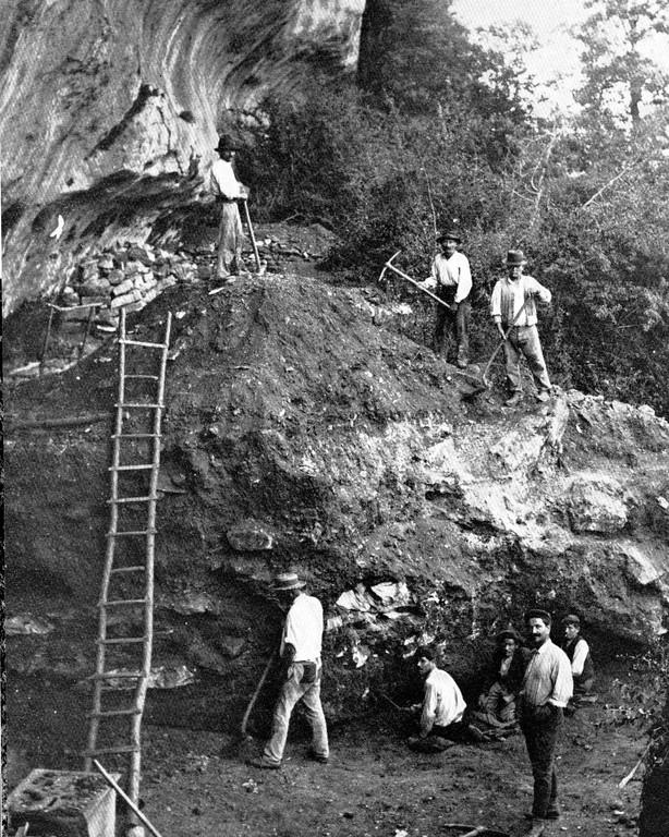 Fouille d'un abri sous roche dans les années 1900