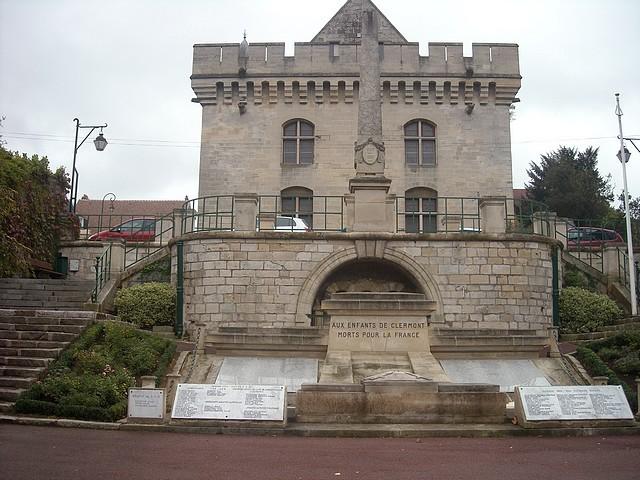 L'Hôtel de Ville vu du square du Monument aux morts