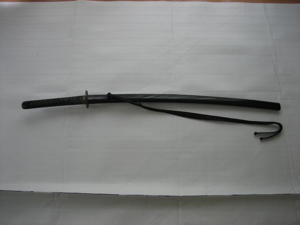 刀:当道場では基本的に真剣を使用しています。 ただ、はじめは鞘付き木刀や模擬刀から始められてもかまいません。