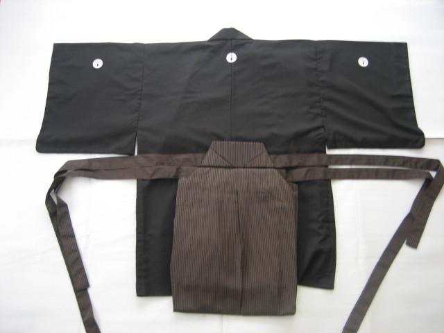 紋付・袴:稽古が進み、演武大会など正式な演武会に出場するときは、紋付・袴を着用します。