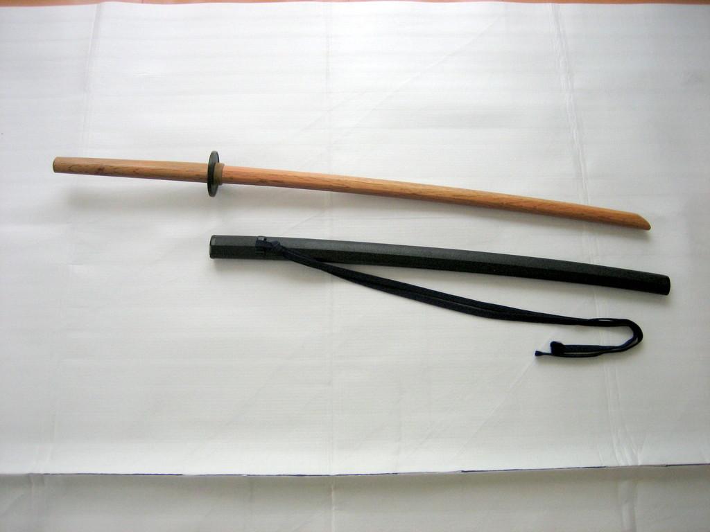 鞘付木刀 :「組太刀」という二人で行う形を稽古する際に必要です。