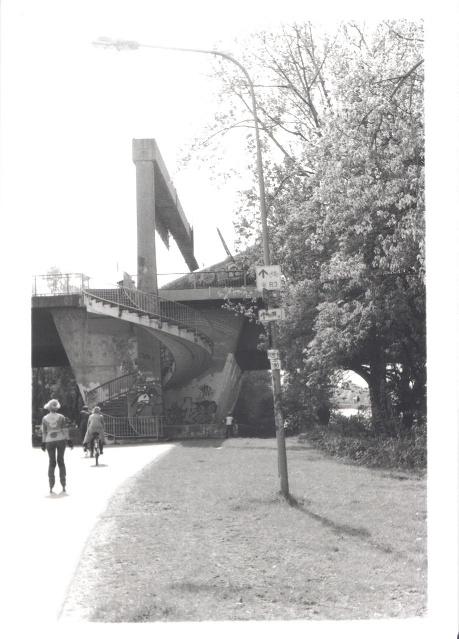 Frühlingsweg zur Brücke