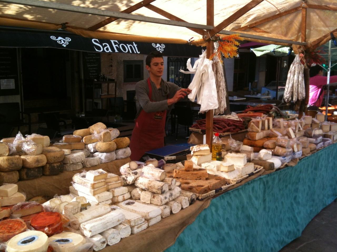 Käsestand auf dem Markt Santanyi