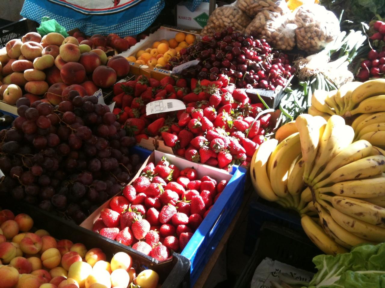Gemüse und Obststand auf dem Markt Santanyi