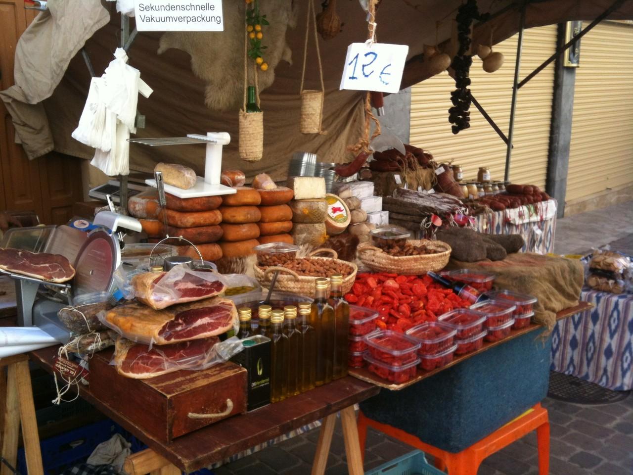 Wurststand auf dem Markt Santanyi