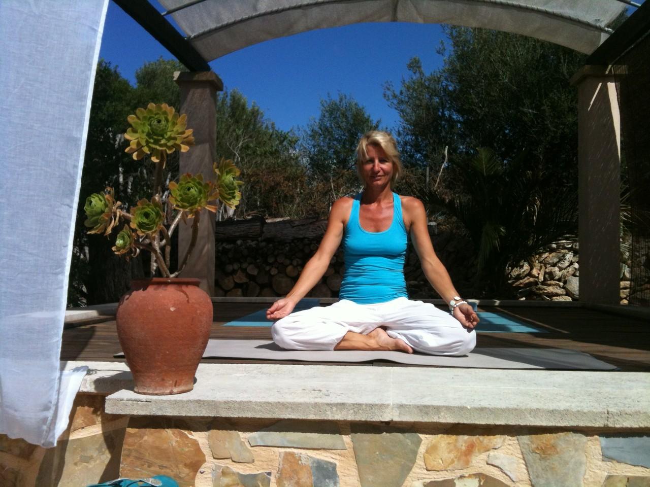 Birgit im Yogatempel