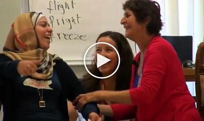 Rehana Webster hilft einer Syrerin bei der Prozessierung ihrer Traumatisierung
