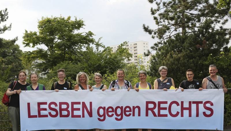 Foto von Lesben gegen Rechts mit Banner