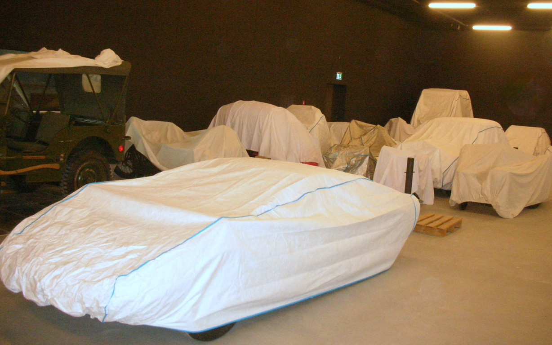 Noch sind die meisten Fahrzeuge in der Halle unter eine Schutzdecke versteckt.