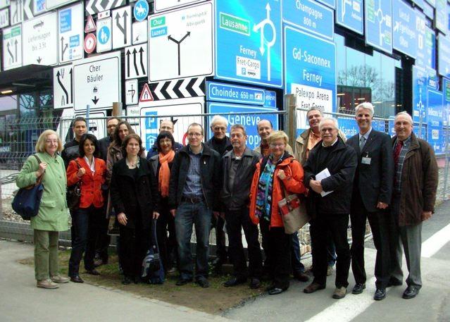 Gruppenfoto vor der neuen Verkehrshalle des Verkehrshaus.